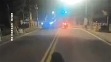 囂張!闖燈左轉險撞機車駕駛竟嗆「我有撞到人嗎」