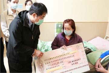 快新聞/黃偉哲拿「超大支票」探視挨轟 護理師家屬「被中獎」感覺難受