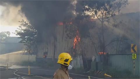黑煙竄天際!台南仁德工廠火警400平方公尺全面燃燒 幸無人受傷
