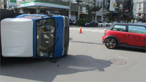 MINI小車飆速闖紅燈 貨車遭攔腰撞翻側躺路口