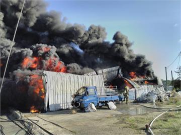 快新聞/台南仁德工廠倉庫大火濃煙狂冒 外部堆放塑膠太空包傳出爆炸聲
