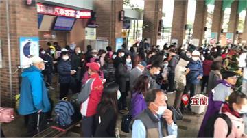 瑞芳猴硐鐵路中斷 客運業者緊急紓運 轉運站出現人潮 等兩小時才能上車
