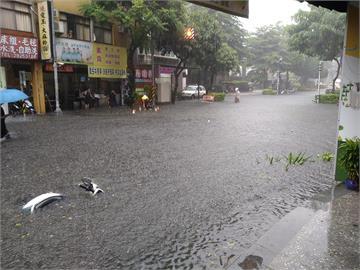 快新聞/午後大雷雨猛襲! 新北永和區國光路淹到膝蓋 樹林中山地下道封閉