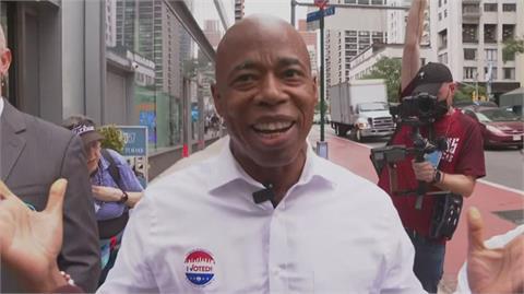 美國民主黨紐約市長初選 布魯克林區長亞當斯勝選