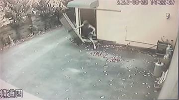 真的「破」門而出! 闖空門遇屋主撞破門逃跑