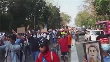 仰光大規模抗議 人潮要求釋放翁山蘇姬