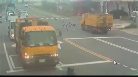 吊車吊臂忘了收一路衝...扯斷2根紅綠燈桿 通勤交通大打結