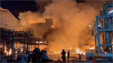 砰!高雄林園工業區爆炸起火 濃煙直衝天際