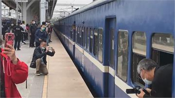 全台僅存「藍皮普快」真正的末班車 鐵道迷搶搭!開窗吹海風解憂列車