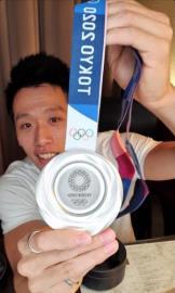 東奧/李智凱直播吸引萬粉絲觀看 開箱奧運銀牌直呼:意外有份量!