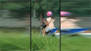 騎車揹嬰兒 母竟邊騎邊滑手機