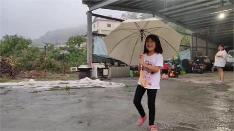 快新聞/高雄桃源高中里下大雨 民眾開心大喊:不用打水了!