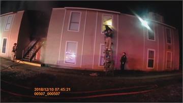 德州公寓火警 小男孩從二樓跳下警接住