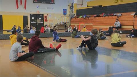 美校園爆發疫情 CDC指學童體育活動助病毒傳播