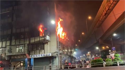 新北三重老公寓暗夜火警 火舌竄夜空緊急疏散19人