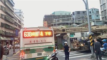 吊車前臂突出撞公車卡路口乘客嚇歪!一度回堵近一公里