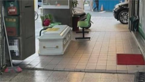 服務處前出現白色棺材 何志偉喊話要理性