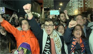 歐冠足球賽閉門踢 場外聚大批球迷仍不戴口罩