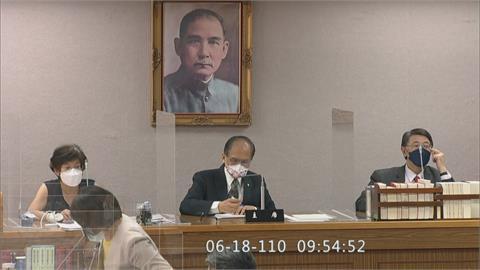 國民黨議場內手持白菊花 抗議政府買疫苗慢半拍
