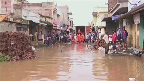 印度暴雨洪水氾濫、土石崩塌 巨石砸毀車輛9死2傷