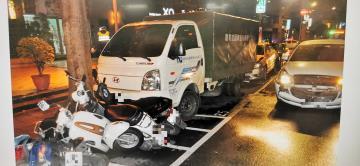 快新聞/新北永和汽車爆衝撞一團 12輛汽機車毀損 21歲男送醫救治
