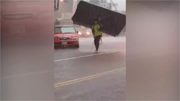 4男買雞排遇暴雨 友人撐「豪華巨傘」神救援