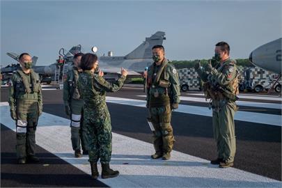 帥!「漢光演習」4戰機首起降佳冬戰備道 蔡英文親赴肯定「貼身看戰機」