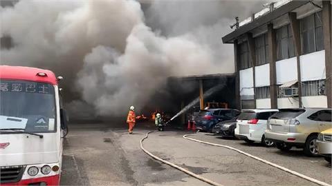 快新聞/桃園客運修車廠濃煙狂竄 5部公車慘遭大火吞噬