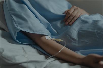 兩難!南下探癌末姐遭擋「台北來的不能進」 她淚:「看著病床推走!」