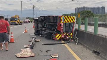 油罐車追撞消防車設備噴飛 油罐車頭撞凹
