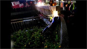 疑天雨路滑、視線不佳 機車雙載自摔1死1傷