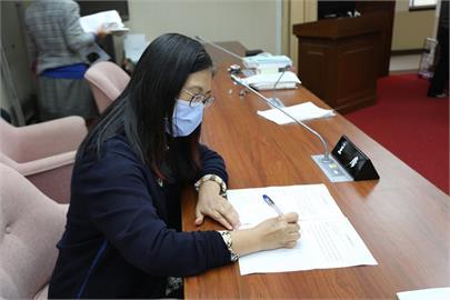 快新聞/政府遭中國闇影阻擋 管碧玲:台灣將用「防疫雙劍」重回防疫強國行列