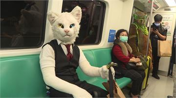 「獸人」驚喜現身!高捷車廂成另類動物園