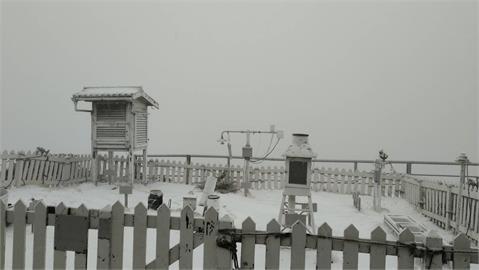 快新聞/3月雪! 玉山氣象站今晨一片銀白 下一小時積雪1公分