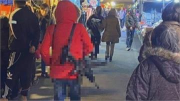 台南女「揹長槍逛夜市」 民眾恐慌警到場盤查