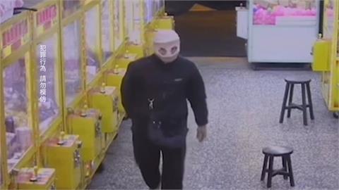 「針織帽剪兩洞套頭」偷娃娃機  以為拍不到!警以車追人逮到賊