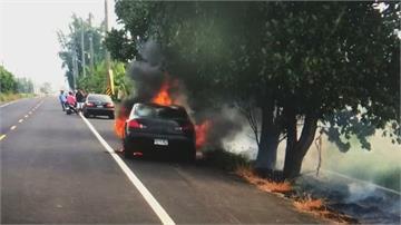轎車追撞機車竟拖行起火 駕駛棄車逃逸.騎士命危