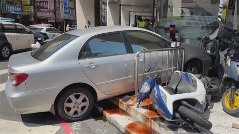 碰!擦撞機車「轎車暴衝撞騎樓」 銀行行員:以為是爆炸...