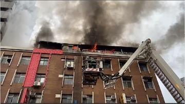 快新聞/北市萬華公寓頂加大火濃煙狂竄 消防出動雲梯車救援幸無人傷亡