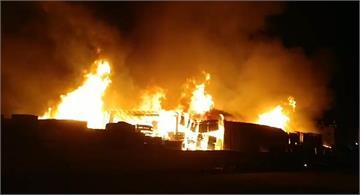 快新聞/爆炸聲傳出! 高雄木柴廠燃燒300坪陷火海 消防人員河川抽水搶救