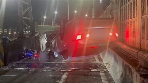 汽車誤闖機車道擦撞翻覆 造成後方大回堵