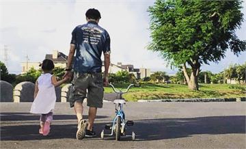 快新聞/林昶佐父親節陪女兒練腳踏車 溫情喊:下次阿爸再跟妳一起加油