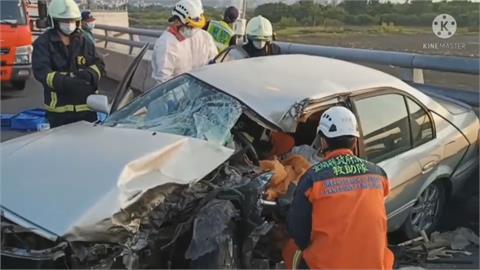 警消破壞車體救援 轎車駕駛骨折送醫