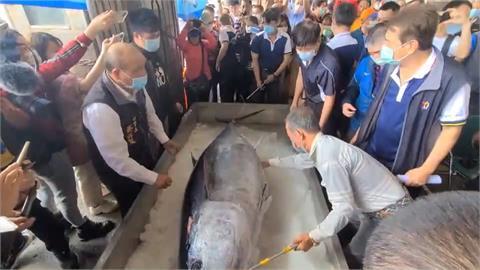 「新永泰號」釣到南方澳第一鮪 近152萬元售出