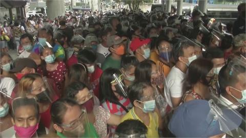 菲國馬尼拉民眾擠爆疫苗中心 憂沒打疫苗無法出門