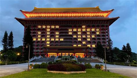 台灣確診人數破新高!圓山飯店用「平安」點燈祈福