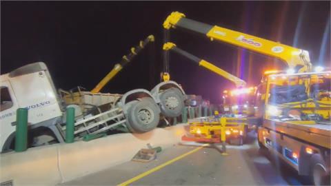 鋼管掉落  害三砂石車連環撞四人傷