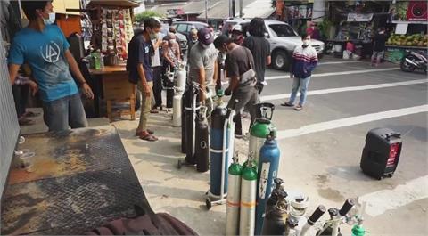 印尼疫情急速升溫 民眾醫院搶氧氣罐