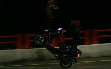 快新聞/2男子深夜在馬槽橋「翹孤輪」! 1碩士男到案辯稱「車輛油門異常導致前輪浮起」