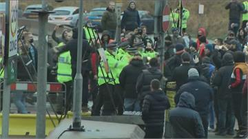 英國多佛港大批卡車賭塞 駕駛激動對警大叫